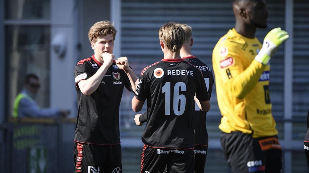 Kalmar FF-spelare jublar efter ett mål.