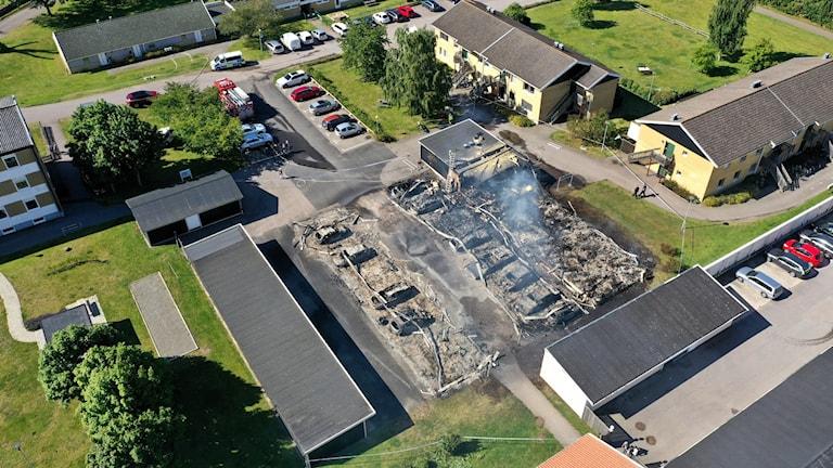 En garagelänga som blivit totalförstörd i en brand.