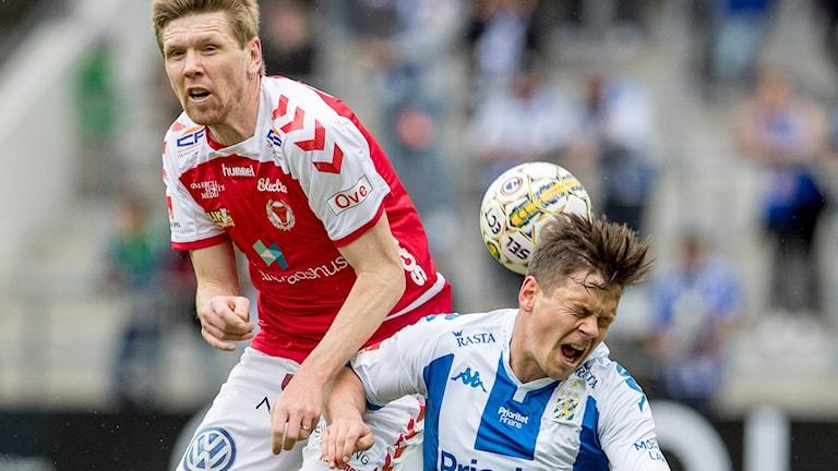 David Elm i höjdduell med Göteborgs Mads Albaek.