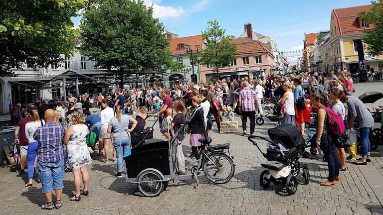 Folk samlade på Larmtorget för BB-marsch.