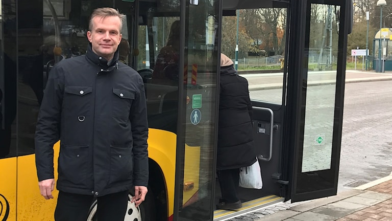 Caj Louma från Transportföretagen framför en gul stadsbuss i Kalmar