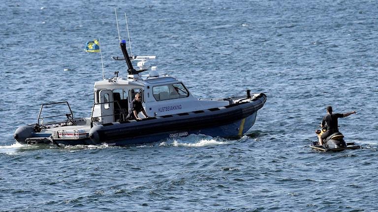En av kustbevakningens båtar kontrollera en vattenskoter.