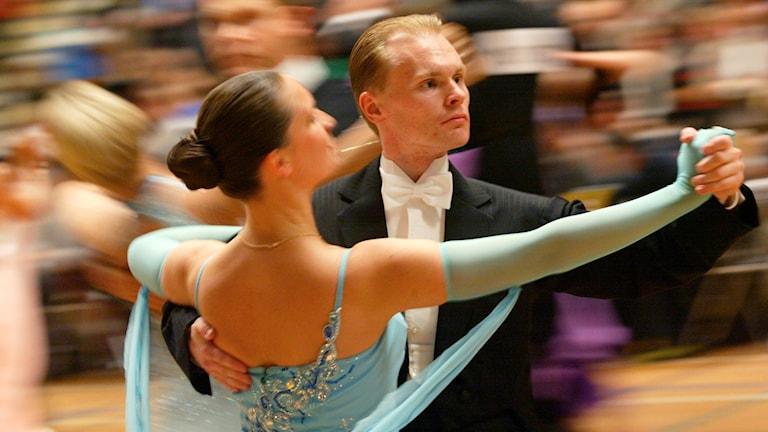 Ett danspar som dansar på tävling.