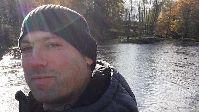 Ilan Leshem vid vattendrag.