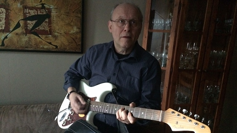 Thomas Svenneheim med sin gitarr