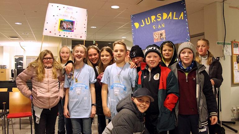 Djursdala skolas elever i femman firar vinsten.