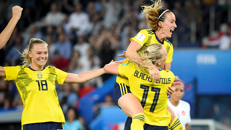 Kvinnliga fotbollsspelare i svenska landslaget som jublar.