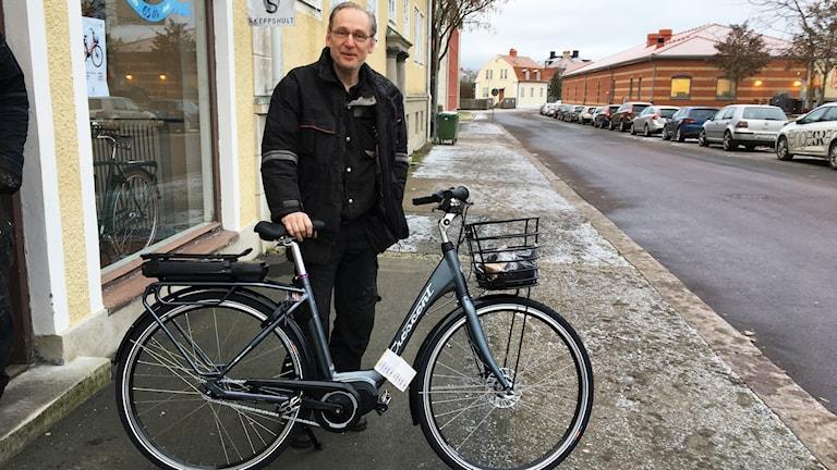 Hans Axelsson med en elcykel.