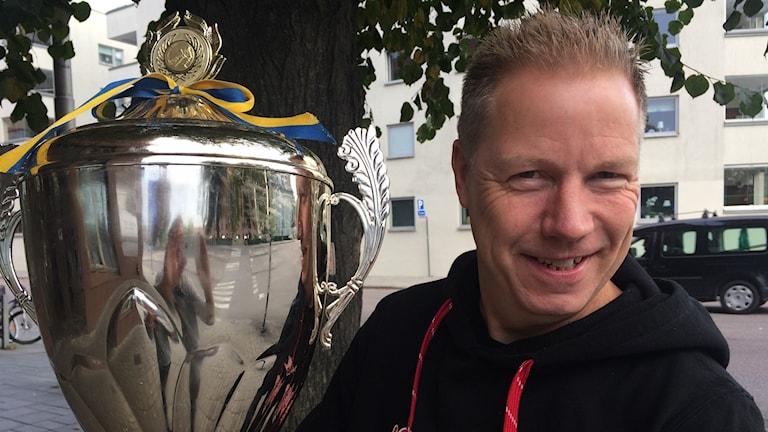 Smedernas ordförande Håkan Ringkvist med SM-bucklan. Foto: Fredrik Blomberg/Sveriges Radio.