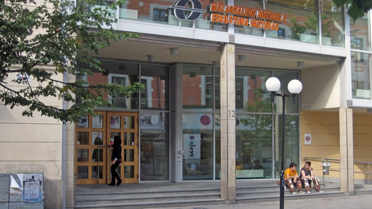 Entrén vid Mälardalens högskola i Eskilstuna. Foto: Michael Berwick/Sveriges Radio.