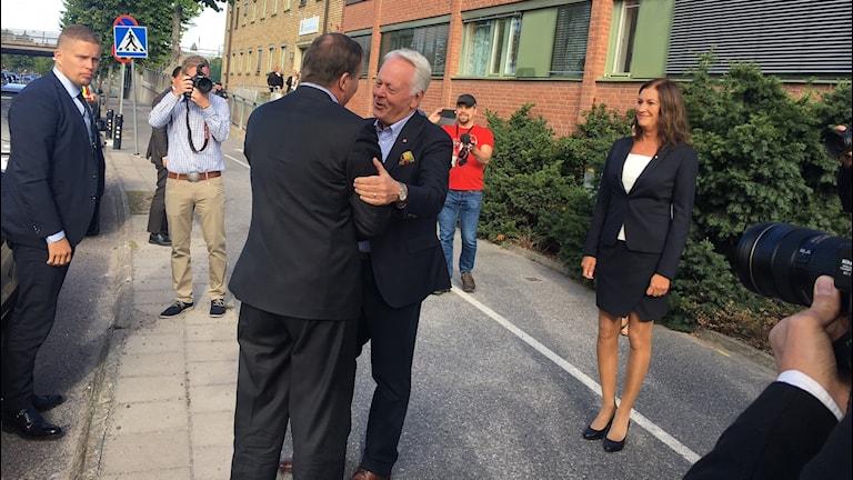 Göran Dahlström (S), kommunstyrelsens ordförande i Katrineholm, välkomnar statsminister Stefan Löfvén.