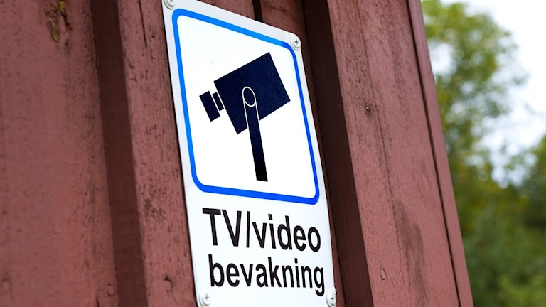 "Skylt. ""TV/videobevakning"" står det på skylten."