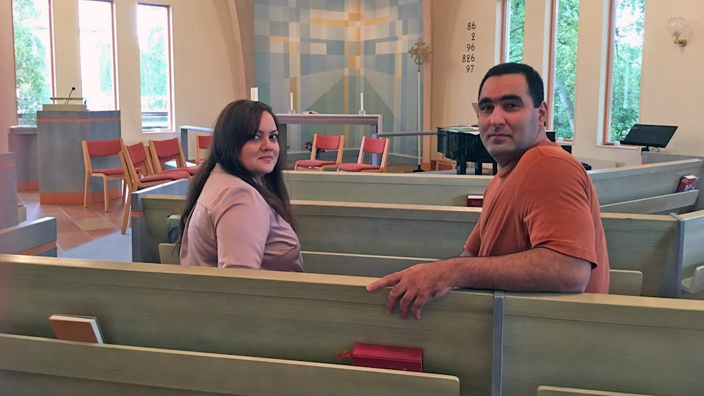 Maryam och Mehdi sitter i Oppebykyrkan.