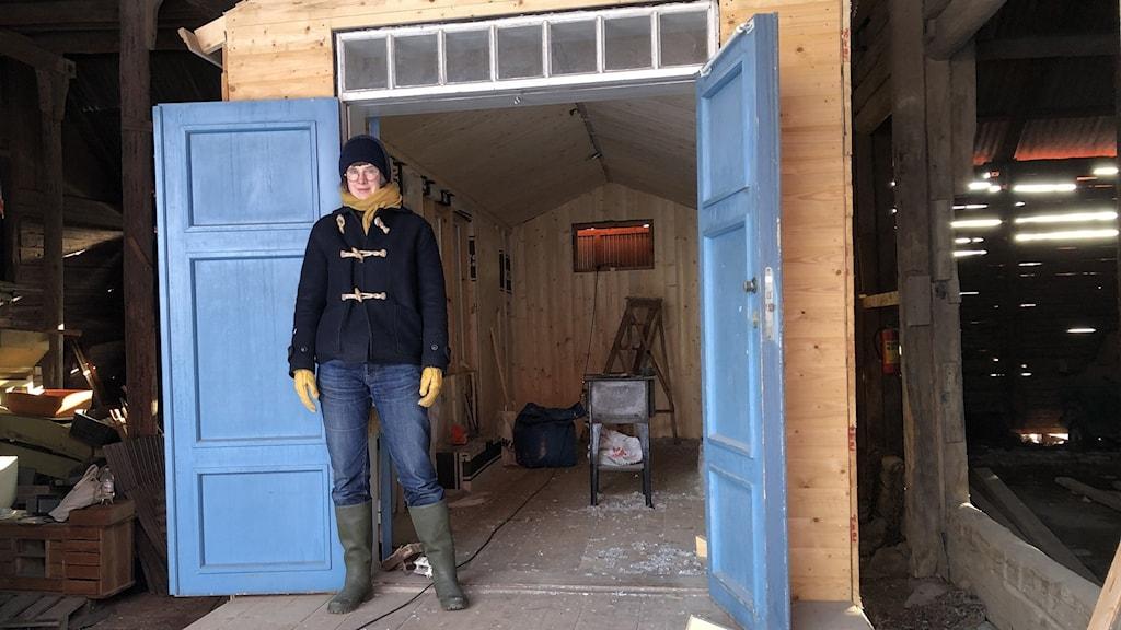 Kerstin Neumüller bygger en stuga som står på ett stort båtsläp.