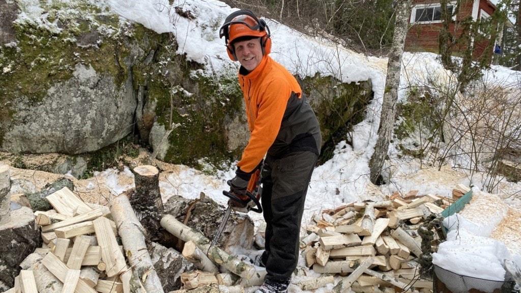 Tommy Hellsten jobbade under många år som rektorn och lärare men stegvis valde han att byta bana och istället jobba med att fälla träd.
