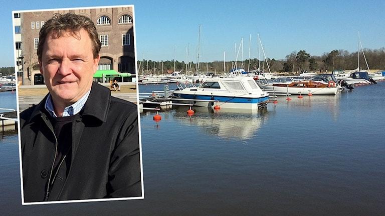 Ett inklippt foto på Peter i en hamn