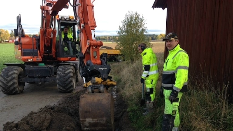 Grävmaskin som gräver fiber