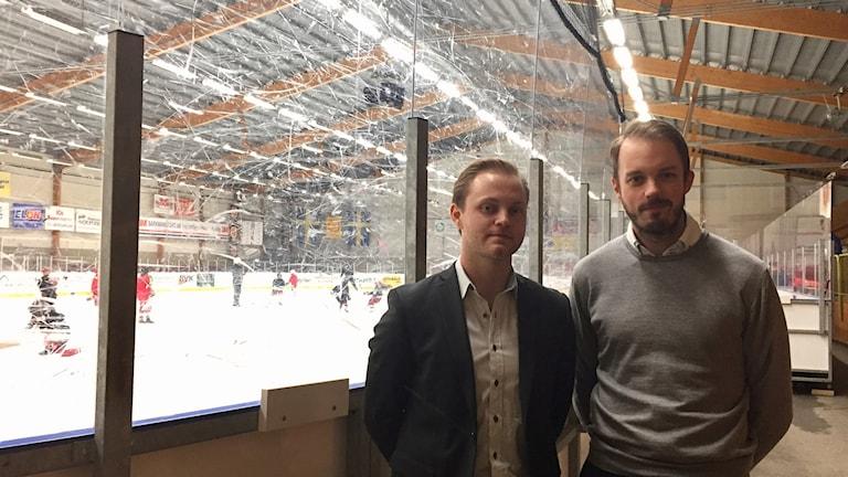 Tv Carl Wallin, lagkapten och Gustaf Länn, tränare i Linden. Foto: Annizeth Åberg/Sveriges Radio.