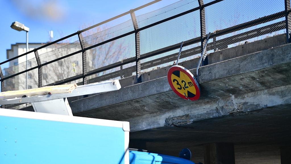 Lastbil under bro. Foto: Stina Stjernkvist/TT.