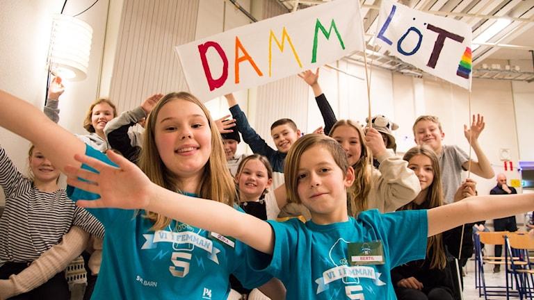 Olivia Broberg Larsson och Bertil Sniskallvi framför klass 5 från Dammlötskolan.