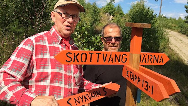 Sörmlandsledens Peter Swärd (till vänster) och Kjell Andersson arbetar med att ta fram en av de två nya anslutningsleder som förbereds.