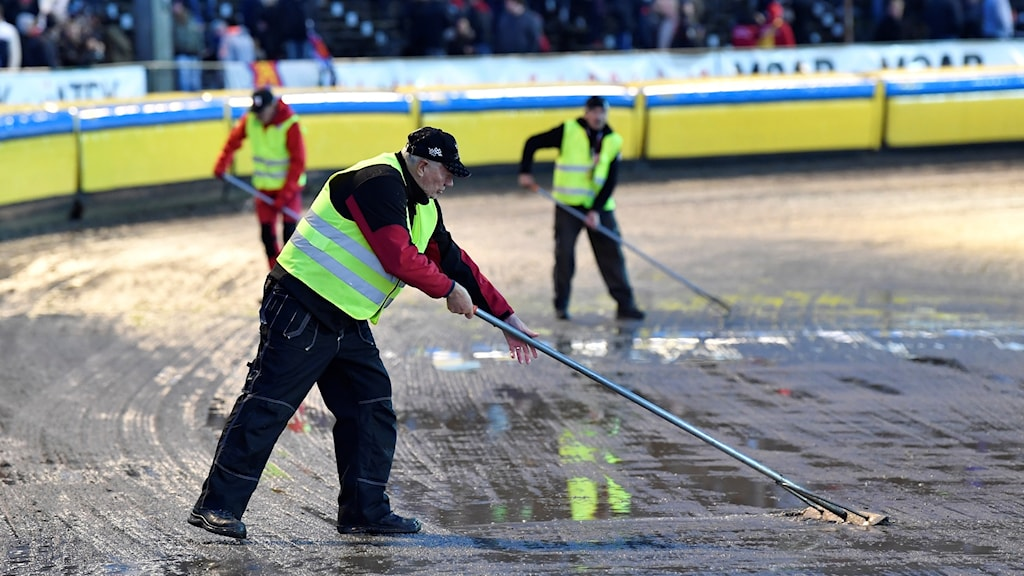 Speedway-banan preppas efter regnet över SM-finalen i Speedway.