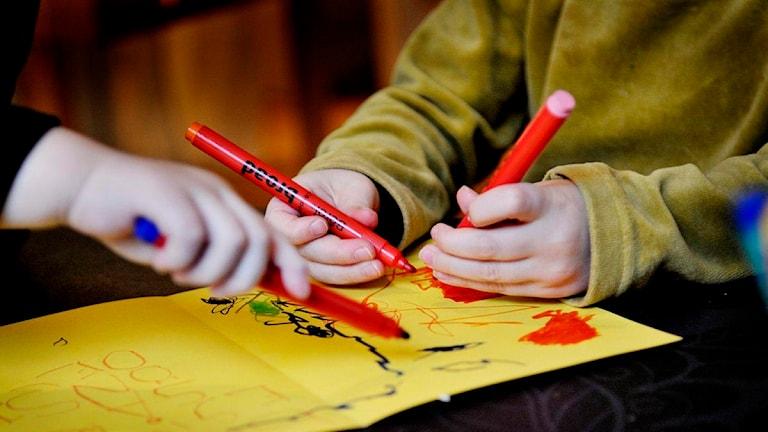 Barn ritar på förskola. Foto: Jurek Holzer/TT.
