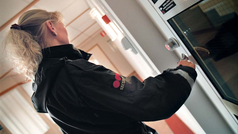 En Securitasväktare kontrollerar att dörren är låst på en av sina ronder. Foto: Fredrik Persson/Scanpix.