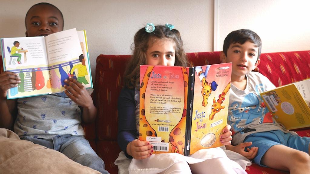 Barn läser böcker