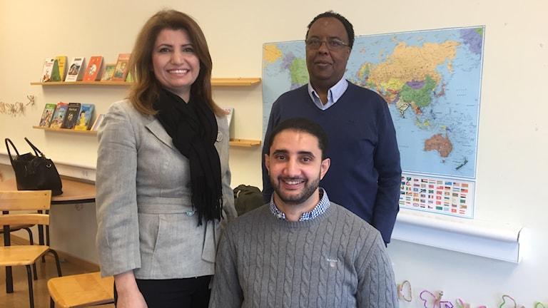 Boshra Borsali och Mahad Sheik (står upp) tillsammans med Ahmad Eid, fd elev som fick hjälp av Brobyggarna i början av 2000-talet. Foto: Urban Hedqvist/Sveriges Radio.