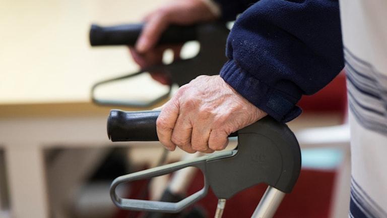 Händerna på en äldre person.