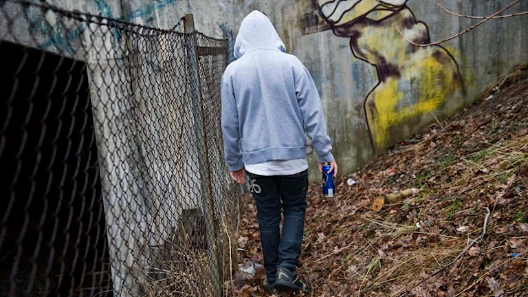 En tonårskille står vid ett tunnelbanespår med en folköl i handen. Foto: Henrik Montgomery/Scanpix.