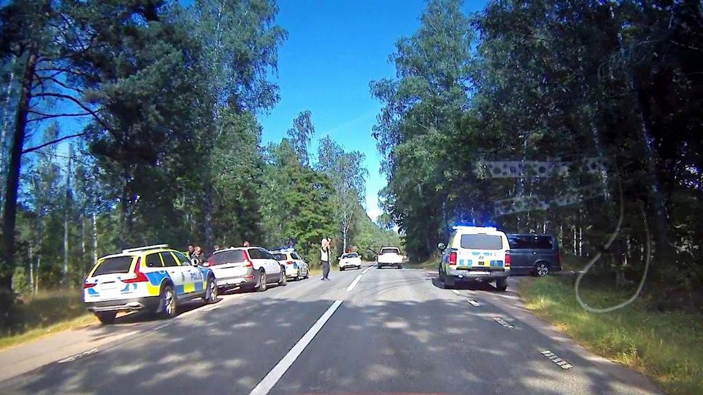 Flera polisbilar på smal asfalterad väg har stoppat en privatbil som stulits i Flen.