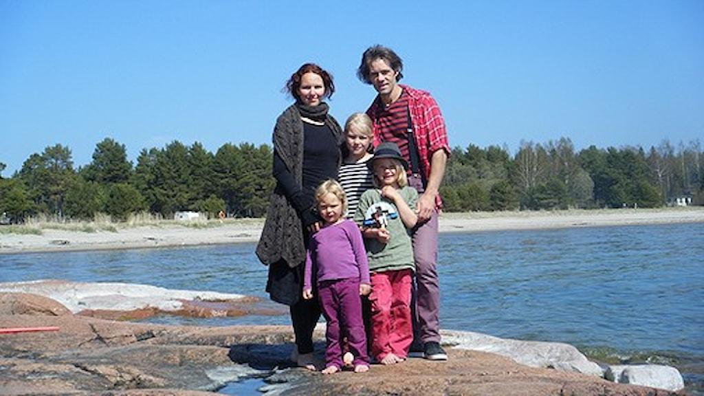 Hela familjen på en klippa vid Ålands hav. Foto: Malin Marcko/Sveriges Radio.