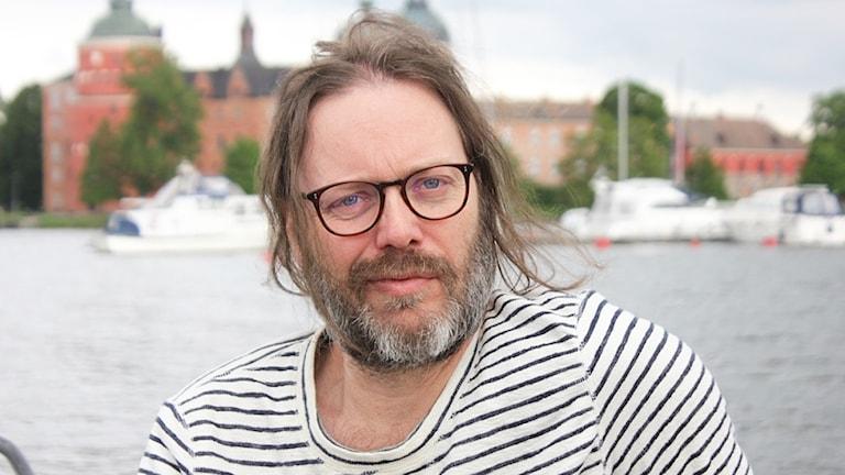 Niclas Frisk framför Gripsholms slott i Mariefred.