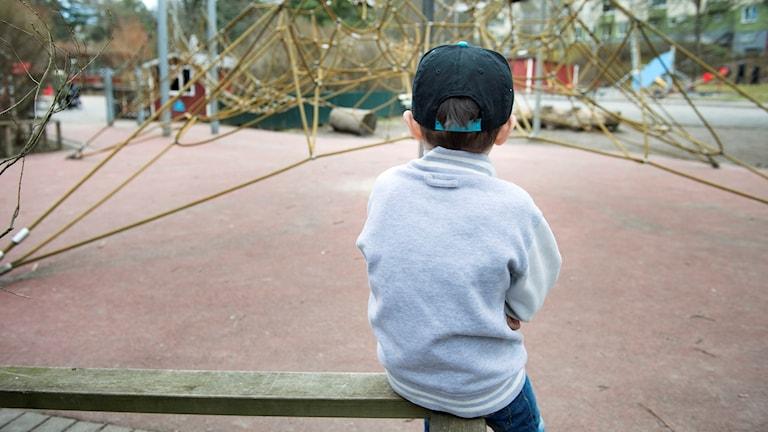 Ensamt barn i en lekpark.