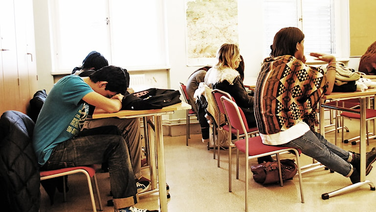 Ungdomar i ett klassrum. Foto: Sara Choghrich /Sveriges Radio