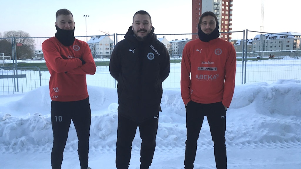 Oscar Karlsson, Suad Grud och Enis Ahmetovic från Nyköpings BIS poserar framför konstgräsplanen vid Rosvalla i Nyköping.