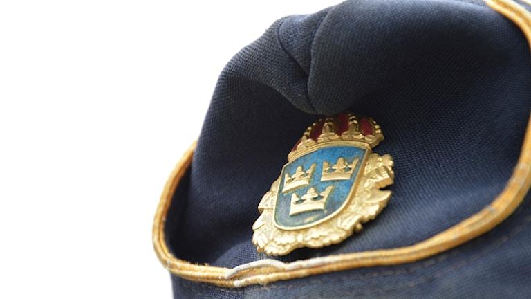 Poliskask med emblem.