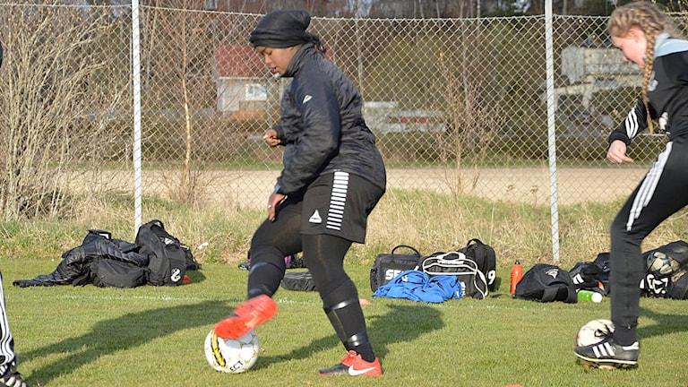 Intisar spelar fotboll i Hällby IF. I Saudiarabien får kvinnor inte ens titta på fotbollsmatcher.