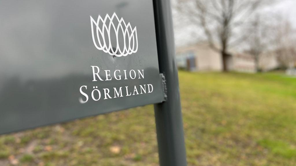 Grön skylt där det står Region Sörmland i vitt