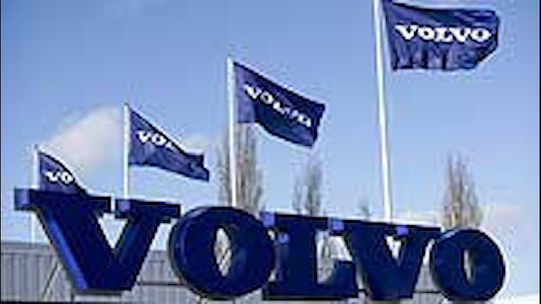 Volvoskylt och vajande flaggor vid Eskilstunafabriken. Foto: Fredrik Sandberg/Scanpix
