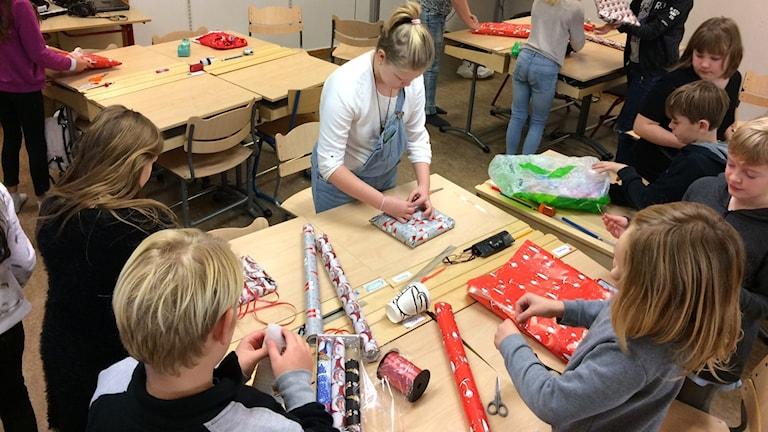 Elever slår in julklappar.