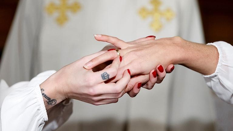 Två personer gifter sig