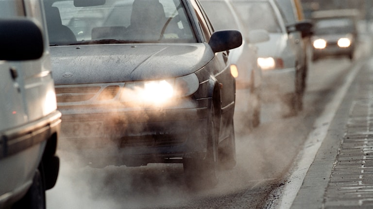 Bilar som sprutar avgaser