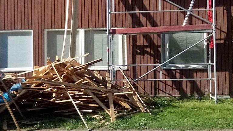 Brädhög framför lägenhet med byggnadsställning bakom. Foto: Torbjörn Haglund.
