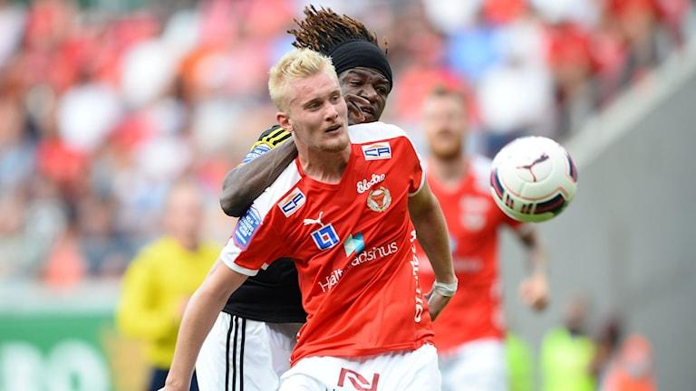 Ludvig Öhman mot AIKs Mohamed Bangura i söndagens allsvenska match mellan Kalmar FF 2015.