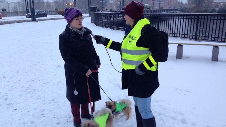Linnea Wannefors intervjuar Eskilstunabon Maria Estemyr om vikten av reflexer. Foto: Fredrik Ralstrand/Sveriges Radio.