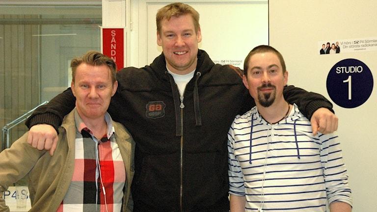 Tyngdlyftaren Jim Gyllenhammar med Jonas Carnesten och Fredrik Lorenzoni. Foto: Josefin Lundin/Sveriges Radio.