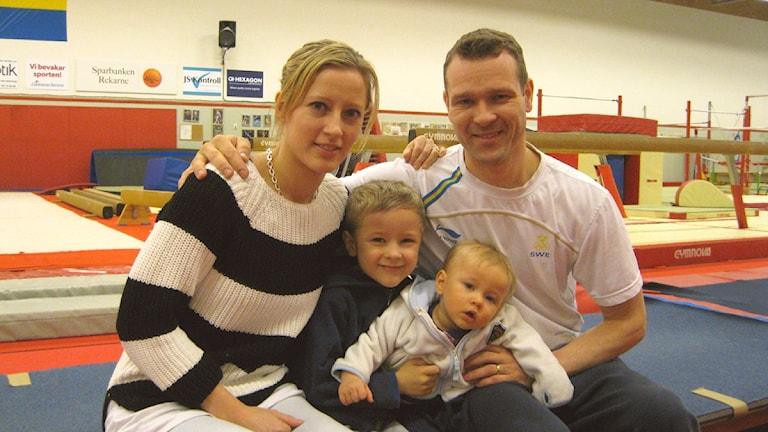 Helena Andersson och Sebastian Melander med sönerna Kevin 5 år och Filip 1 år. Foto: Evelina Crabb/Sveriges Radio